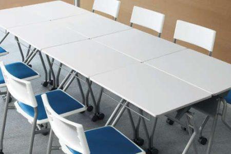一人がけ会議用テーブルを組み合わせて配置